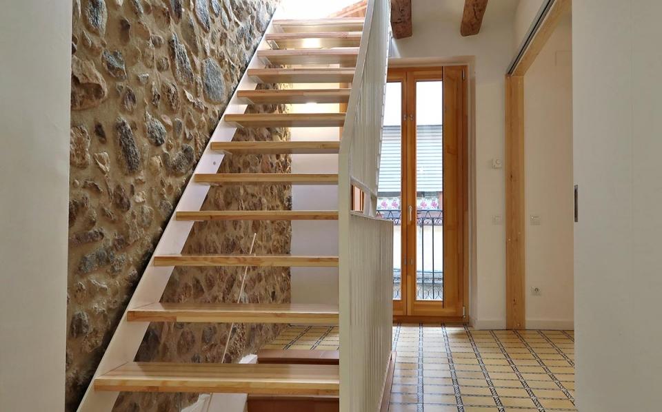casa rural vilaplana baix camp catalunya escalera de madera ventana carrete finestres