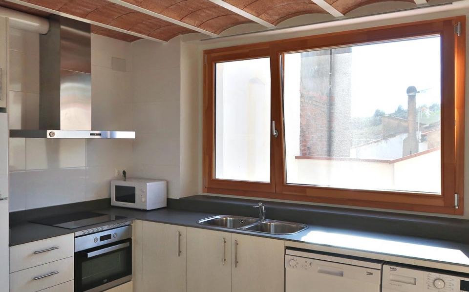 casa rural vilaplana baix camp cocina ventana de madera carrete finestres