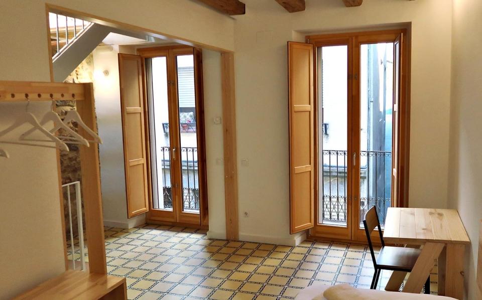 casa rural vilaplana habitacion doble ventanas de madera silva 68 carrete finestres
