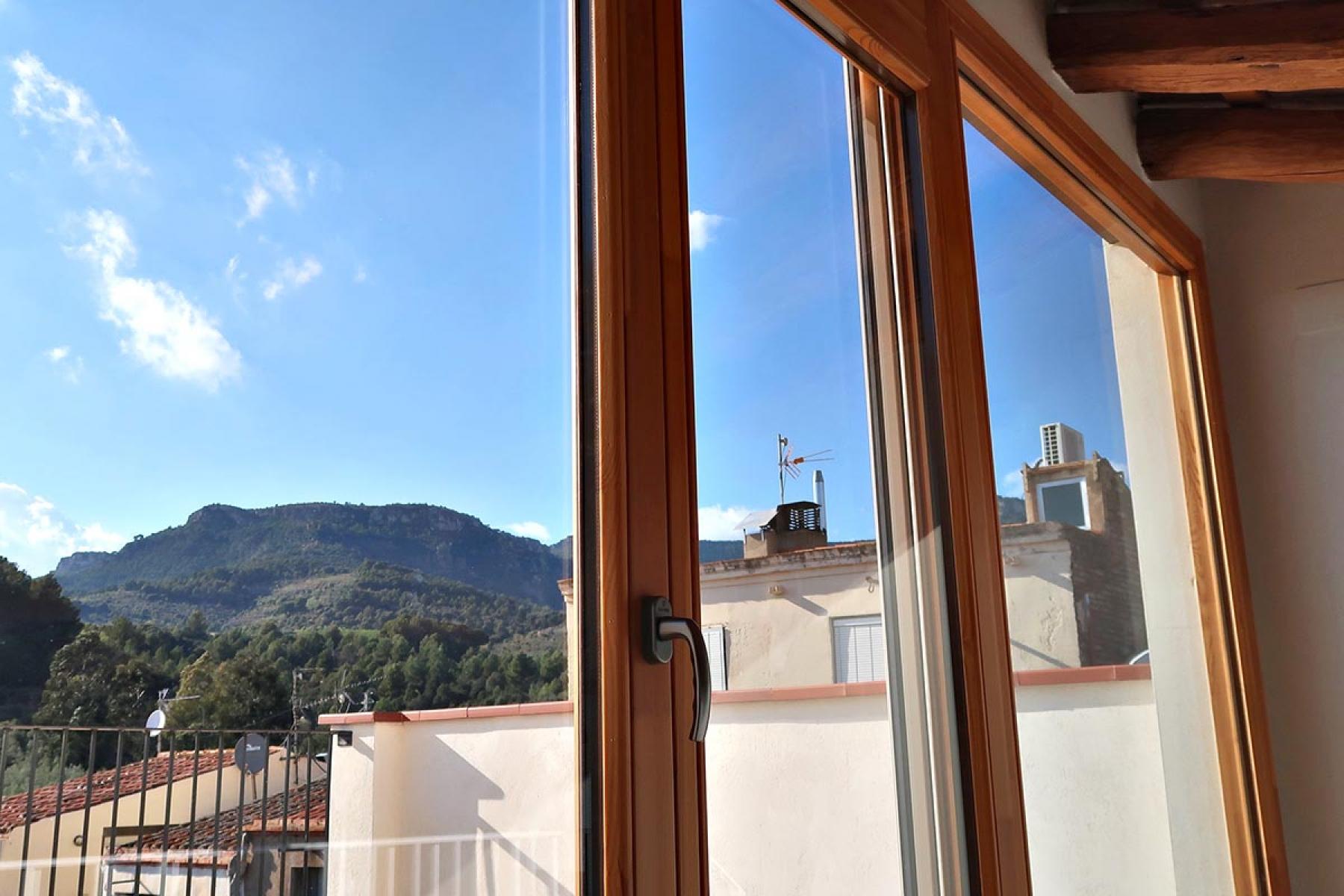 ventana de madera silva 68 terraza casa rural vilaplana carrete finestres
