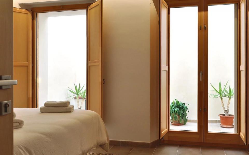 ventanas de madera porticones interiores casa rural vilaplana baix camp carrete finestres
